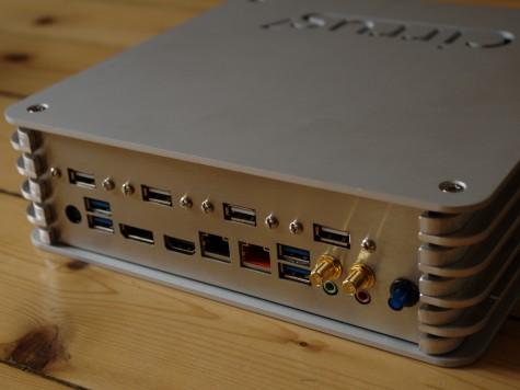 Platz für Peripherie ist reichlich vorhanden, vier mal USB 2.0 und vier mal USB 3.0.