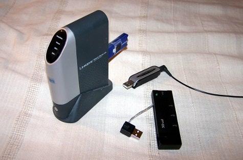Nslu2 mit USB-Soundkarte. Debian läuft dabei vom USB-Stick. Da später noch eine Festplatte angeschlossen werden soll braucht man noch einen USB-Hub.