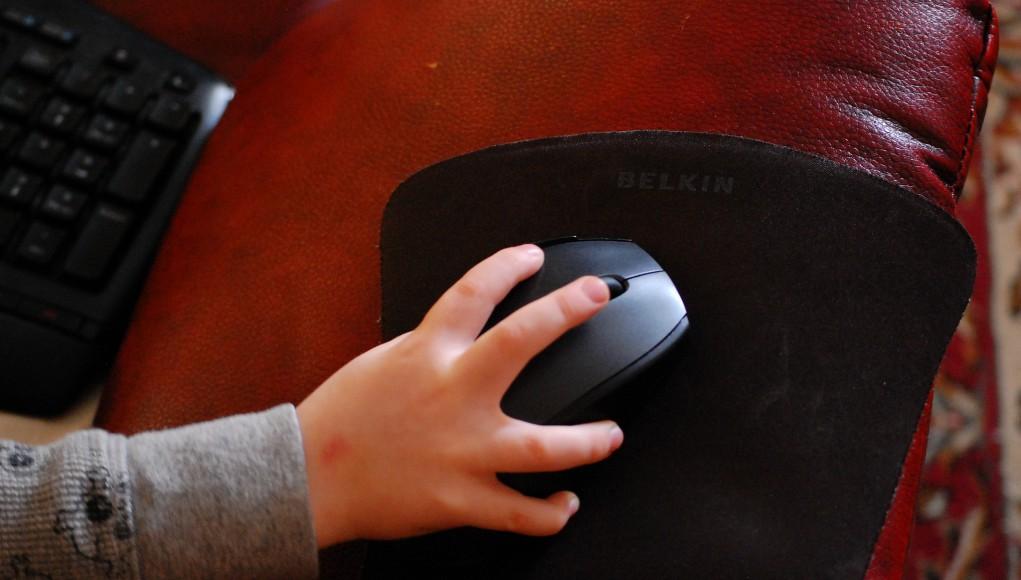 Kinderhand mit einer Computermaus