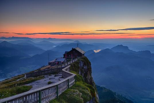 Hütte mit Aussicht in den Bergen