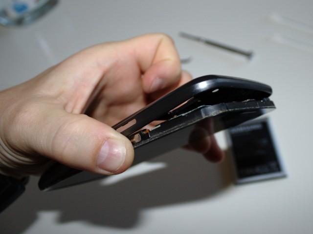 Mit ein bisschen sanfter Gewalt löst ihr das Innere des Handys heraus.