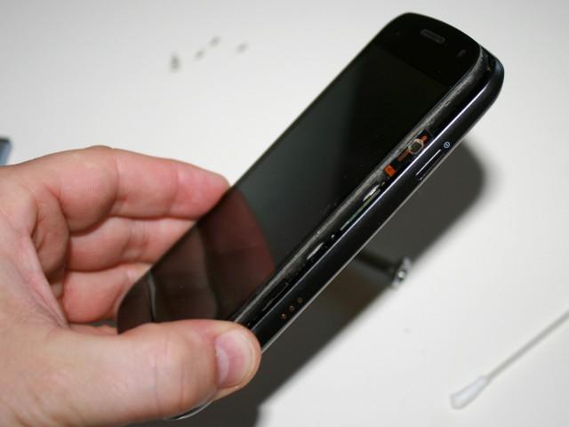 Fügt Handy-Inneres und Gehäuse einfach wieder zusammen.