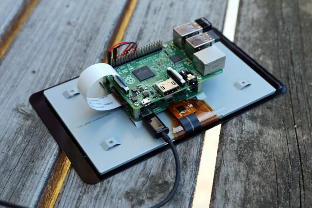 Der RasPi findet auf der Rückseite des Touchscreen-Displays seinen Platz.