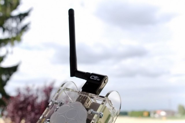 Mit einem USB-Netzwerkadapter wird der Raspberry Pi auch WLAN-fähig.