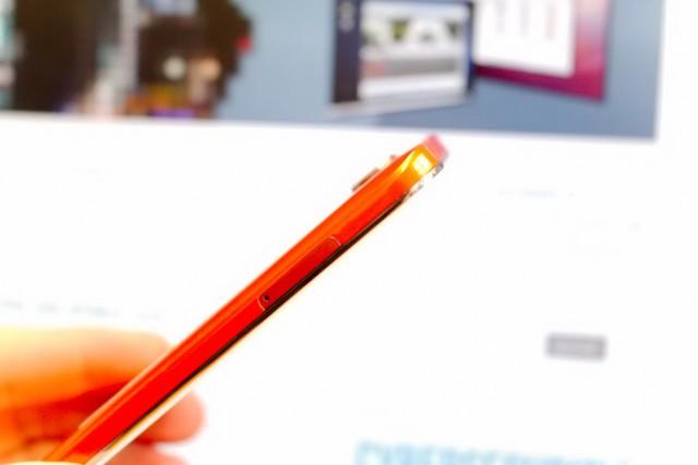 Das Alcatel Onetouch Fire E ist nur 103 g leicht und 8,2 mm dünn.