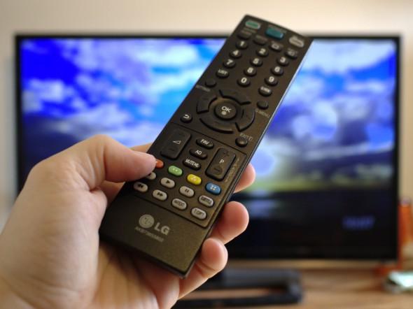 Der Chromecast lässt sich bisher nicht mittels HDMI-CEC über die TV-Fernbedienung steuern.