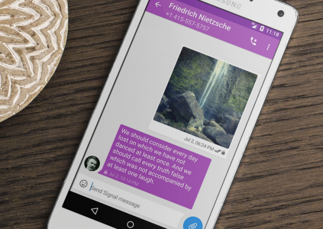 Signal (ehemals TextSecure) funktioniert ähnlich wie WhatsApp und Co., nur jedoch von Ende zu Ende verschlüsselt.