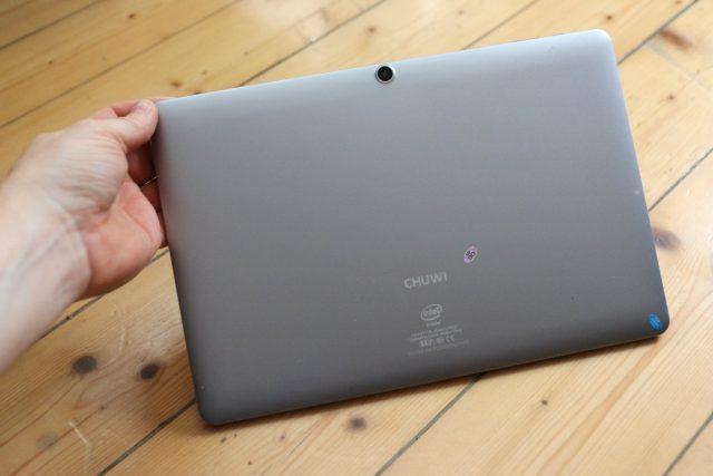 Die Rückseite des Tablets besteht aus einer schlichten Aluminium-Schale.